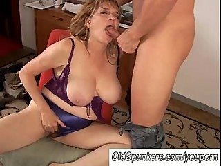 Beautiful big tits MILF gives a great..